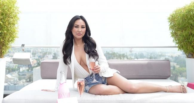 Cô nàng tự tin khoe thân hình đẹp không kém người mẫu trong resort sang chảnh.