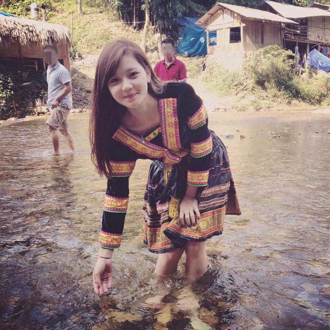 Tháng 10/2015, hình ảnh một cô gái xinh đẹp diện trang phục dân tộc lội suốt được dân mạng truyền tay nhau rộng rãi.