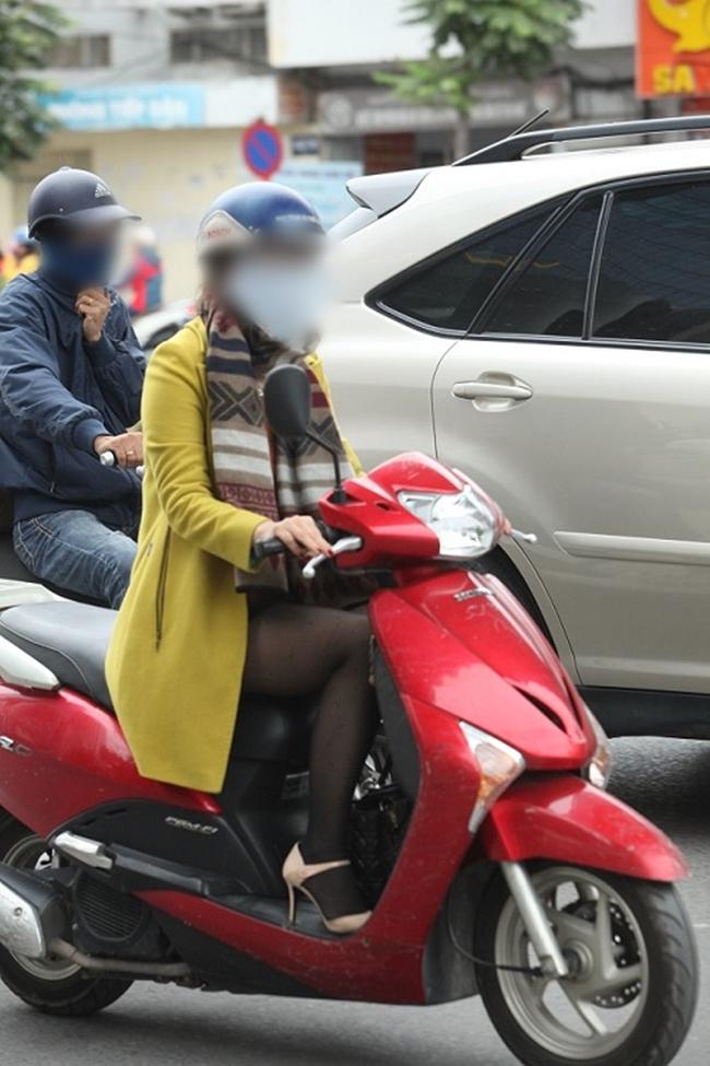 Chỉ với chiếc quần tất mỏng, cô gái này vừa khoe được đôi chân ngọc ngà vừa hợp thời trang.