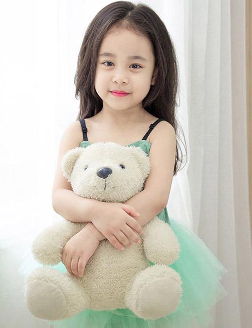 Cô bé 6 tuổi có gương mặt xinh như hoa hậu - 1 ...