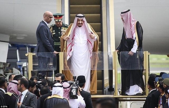 Vua Saudi bước từ máy bay dát vàng xuống đất Indonesia - 1
