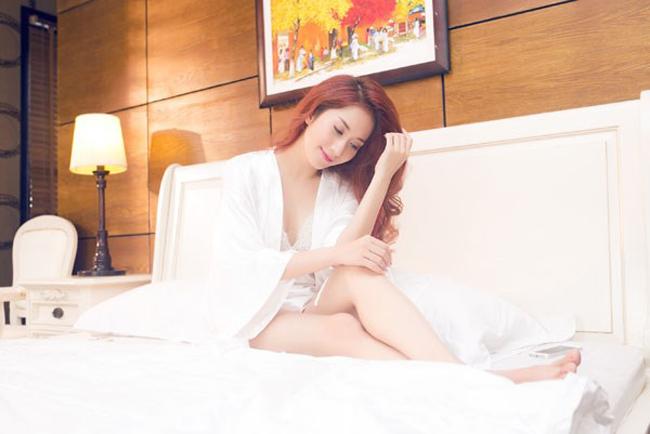 Trong một MV ca nhạc, Khánh Thi xuất hiện với tạo hình vừa dịu dàng vừa hấp dẫn khiến cánh mày râu không không rời mắt.