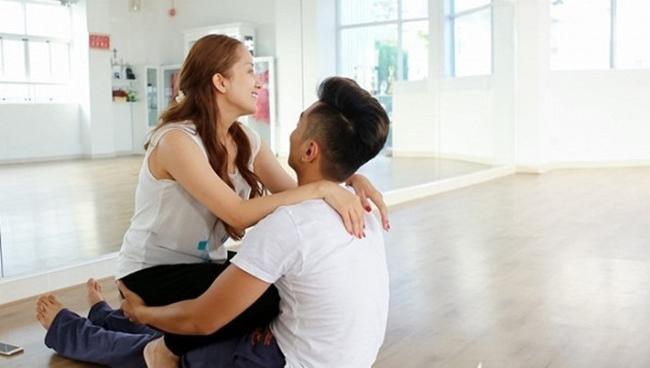 Ngay cả trong phòng tập, cặp đôi cũng phải quấn quýt lấy nhau không rời nửa bước.