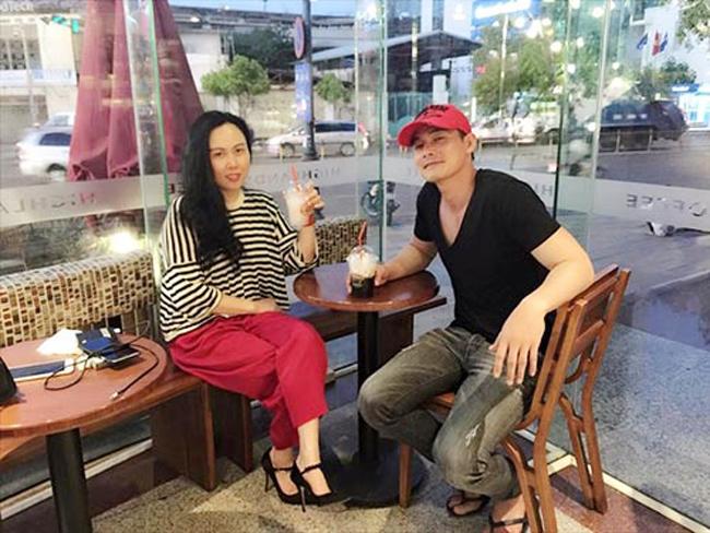 Tuy nhiên, vượt qua mọi rào cản, cả hai vẫn ở bên nhau. Quách Ngọc Ngoan không công khai tình cảm với bạn gái trước truyền thông mà chỉ ngầm thừa nhận bằng một bài thơ tình tặng Phượng Chanel trên facebook.