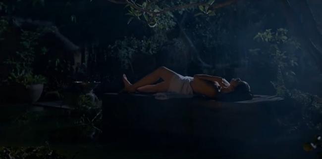 Ngoài cảnh giường chiếu với Quách Ngọc Ngoan, cảnh tắm của Hoa hậu sinh năm 1992 được nhận xét là có góc quay nghệ thuật, tinh tế.