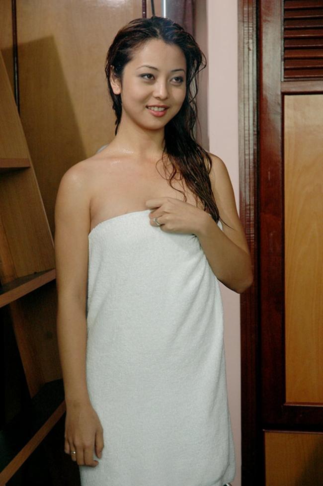 """Jennifer Phạm gặp khá nhiều khó khăn khi đóng cảnh khóa môi với Quang Dũng trong """"Những chiếc lá thời gian""""."""