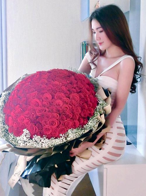 Tò mò về hai cô gái xinh đẹp được tặng 1000 bông hồng 8/3 - 1