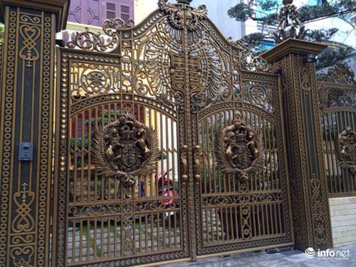 Chiêm ngưỡng cổng biệt thự, tường rào cầu kỳ của các đại gia HN - 1