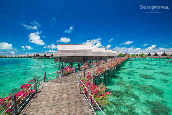 Hòn đảo Sipadan được thế giới biết đến với 51 căn nhà mini nổi trên nước có tiếng trong Đông Nam Á, mỗi căn có lan can ngắm mặt biển, rùa biển…