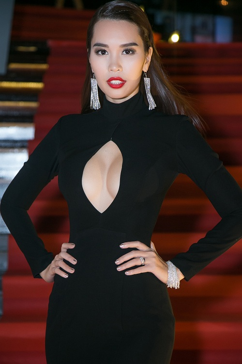 Hà Anh diện váy khoét rộng hoác, đọ dáng Coco Rocha - 1