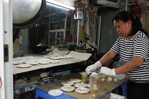 Dân Thủ đô xếp hàng mua bánh trôi, bánh chay ngày Tết Hàn Thực - 10