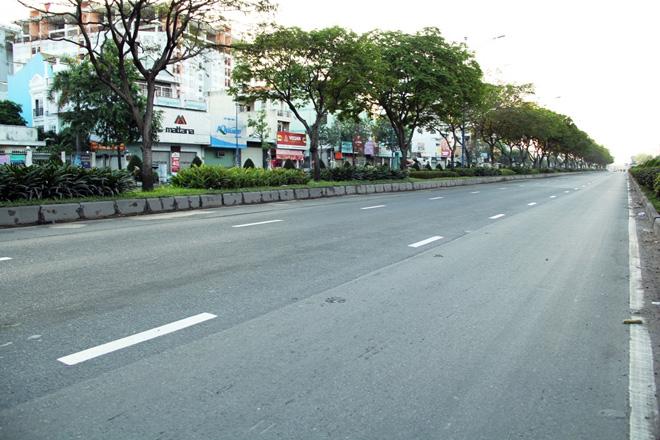 Phố phường Sài Gòn tĩnh lặng đến lạ thường trong ngày đầu năm mới - 1