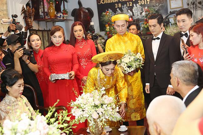 Cặp đôi thực hiện các nghi lễ truyền thống trong lễ rước dâu trước sự chứng kiến của gia đình 2 bên, bạn bè thân thiết. Chồng Lâm Khánh Chisinh năm 1985, quê ở Nam Định,học thiết kế thời trang vàlàm kinh doanh tại Bà Rịa - Vũng Tàu.