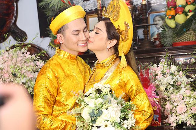 """Tâm sự với chúng tôi, Lâm Khánh Chi thẳng thắn: """"Chồng tôi không phải là đại gia. Chúng tôi đến với nhau bằng tình yêu, tiếng gọi và sự hoà nhịp của con tim. Cả hai không vìdanh vọng, vật chất như nhiều lời đồn đoán""""."""