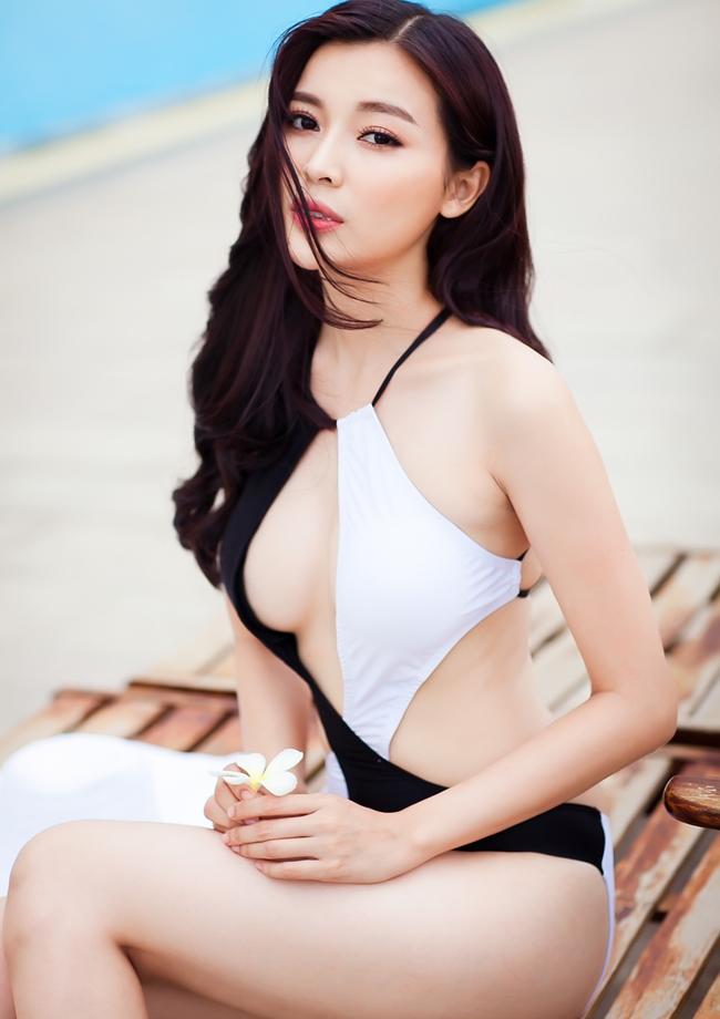 """Cao Thái Hà được mệnh danh là """"Người đẹp Tây Đô"""" thế hệ mới sau hơn 7 năm nỗ lực trong nghệ thuật. Người đẹp 9X từng gây sốc khi đóng cảnh nóng táo bạo và thật đến nỗi phải chia tay bạn trai sau khi bộ phim phát sóng."""