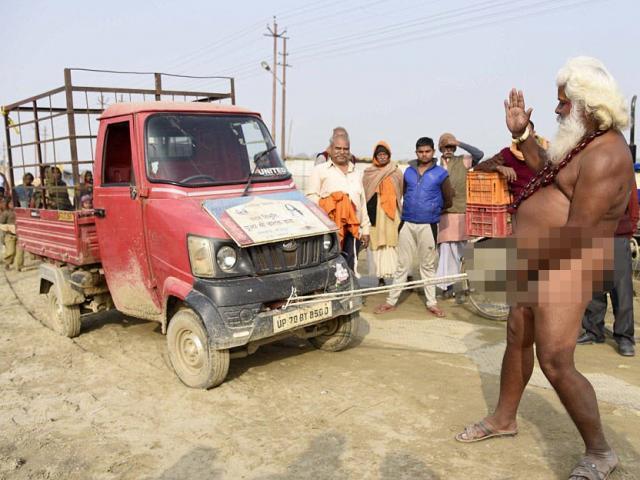 """Dị nhân Ấn Độ dùng """"của quý"""" kéo ô tô tải"""
