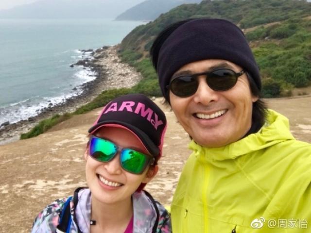 """U70 Châu Nhuận Phát """"trốn vợ"""" đi leo núi cùng gái trẻ"""