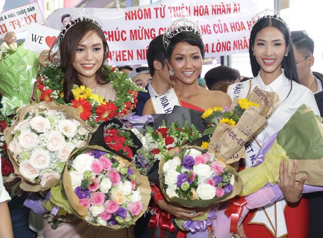 """Hoa hậu H'Hen Niê bị """"bao vây"""" chật cứng ở sân bay khi về Sài Gòn - 1"""