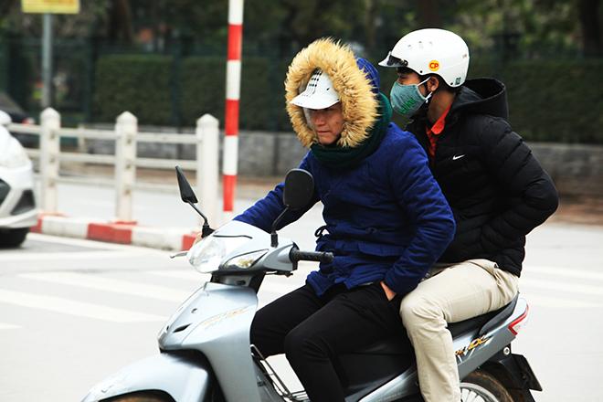 Rét 10 độ C, người Hà Nội trùm chăn, mặc áo mưa ra đường - 1