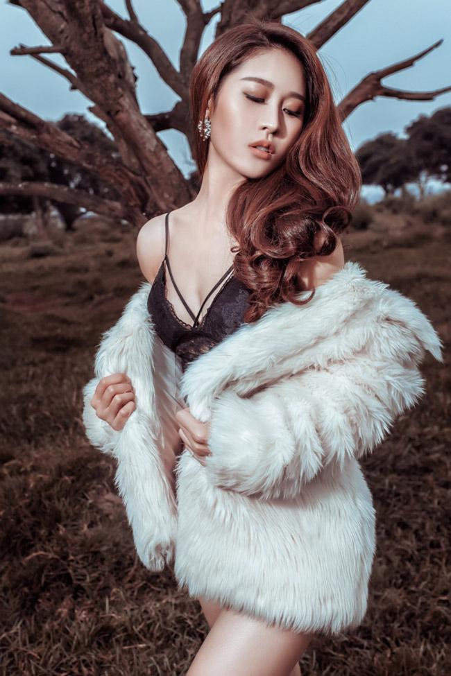 Là một người mẫu chân dài, Cẩm Nhung sẵn sàng đóng những cảnh phim gợi cảm.