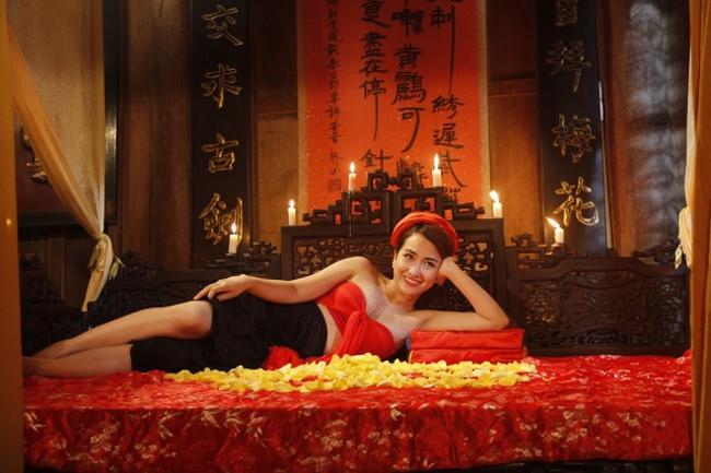 DJ Trang Moon cũng trở thành hot girl khoe thân trong phim hài Tết trong lần hợp tác với diễn viên hài Trung Hiếu.
