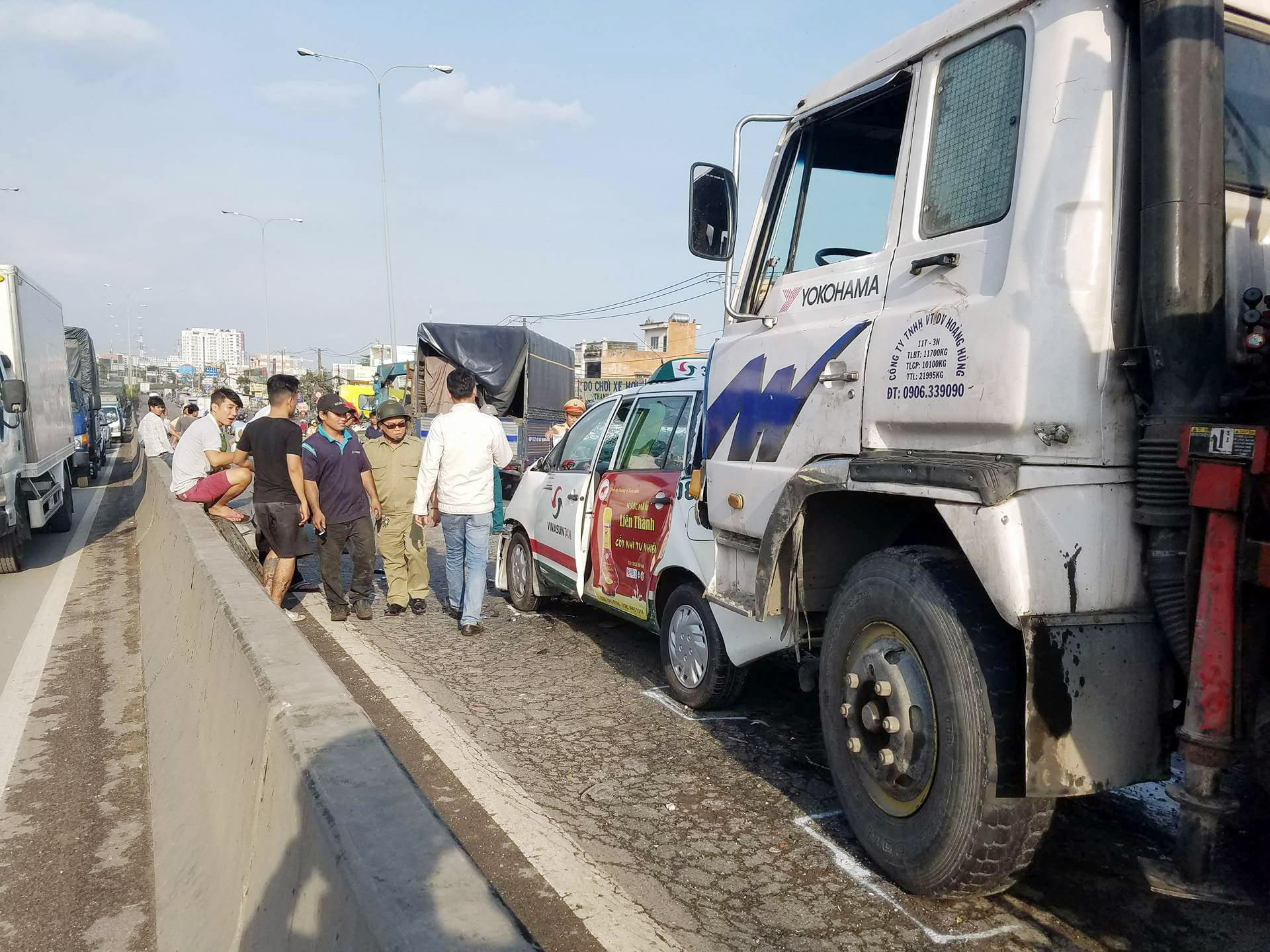 Cảnh sát giải cứu thiếu niên kẹt trong đầu xe bẹp dúm tại cầu vượt - 1