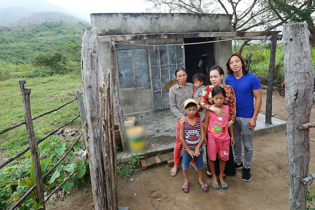 Vợ chồng Việt Hương tặng hơn 100 triệu đồng cho người nghèo - 1