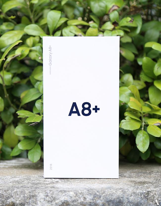 """Bộ đôi Samsung Galaxy A8 và A8+ đã chính thức """"lên kệ"""" tại Việt Nam từ ngày 6/1. Trong ảnh là chiếc hộpmàu trắng chứa A8+, trên hộp có chữ A8+ với hiệu ứng lấp lánh kèm một số ký tự khác in màu bạc."""