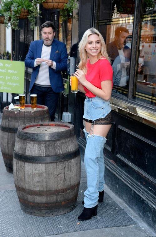 Cô mẫu liều mình mặc jean khoét cực hiểm ra phố và kết quả bất ngờ - 8