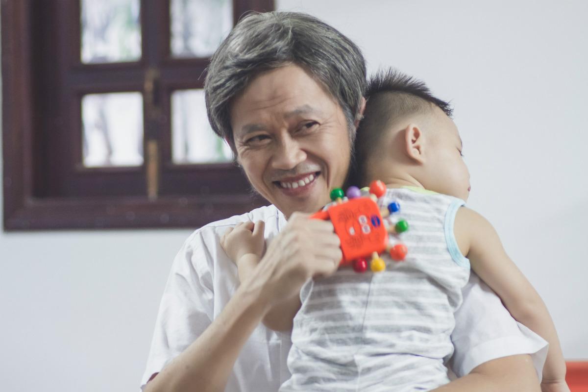 Hoài Linh mải mê buôn điện thoại làm ngã đứa bé trong phim Tết - 1