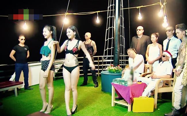 """Trong phim hài Tết """"Tỷ phú đè đại gia"""" sắp phát hành trong năm nay, các diễn viên nữ phụ được thuê đóng cảnh mặc bikini đi lại cho """"đại gia"""" ngắm."""