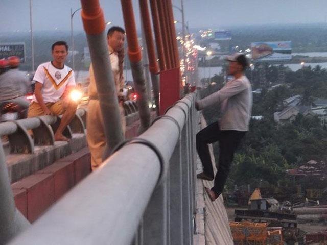 """Thanh niên nghi ngáo đá """"đánh đu"""" trên lan can cầu Rạch Miễu - 1"""