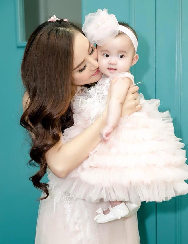 Con gái của Vy Oanh và chồng đại gia hơn 15 tuổi gây chú ý hơn cả mẹ - 1