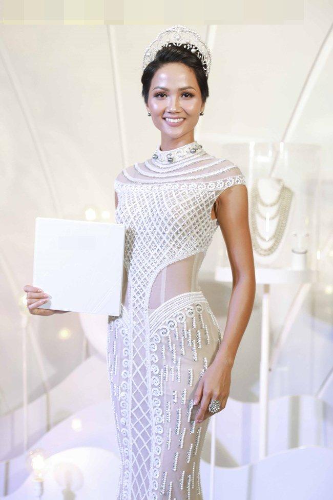 H'Hen Niê đội vương miện 2,7 tỷ đồng, đẹp như nữ thần với váy trong suốt - 1