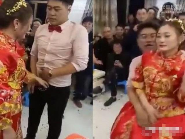 Quan khách ép cô dâu chú rể sàm sỡ nhau trong ngày cưới