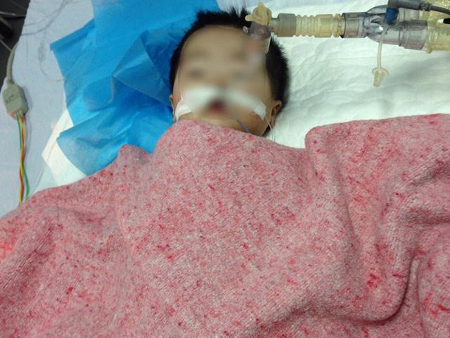 Bé 8 tháng tuổi ở Hà Nội nguy kịch nghi do tiêm nhầm thuốc - 1