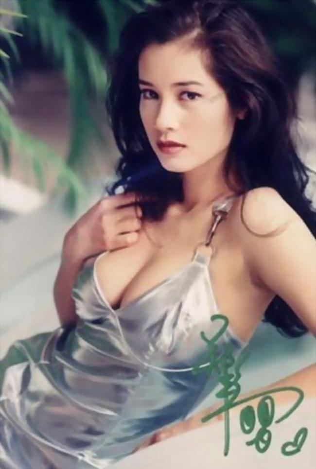 Người đẹp sinh năm 1972 sở hữu vẻ đẹp nóng bỏng, quyến rũ cùng số đo hoàn hảo. Cô không ngại chụp ảnh bán nude để tăng thêm cơ hội nổi tiếng.