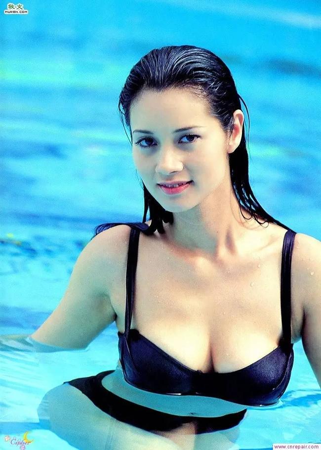 """Năm 1995, """"nữ thần phim 18+"""" lại gây sốt với cảnh nóng trong """"Nhị nãi thôn chi sát phu""""."""