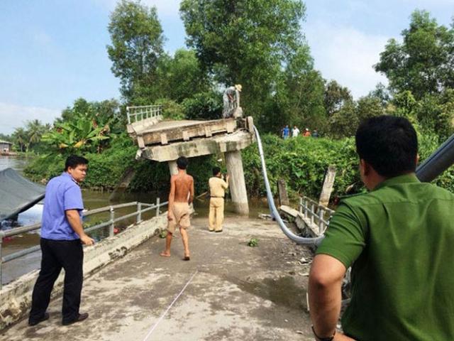 Sà lan tông sập cầu Long Hòa B, bốn người thoát chết