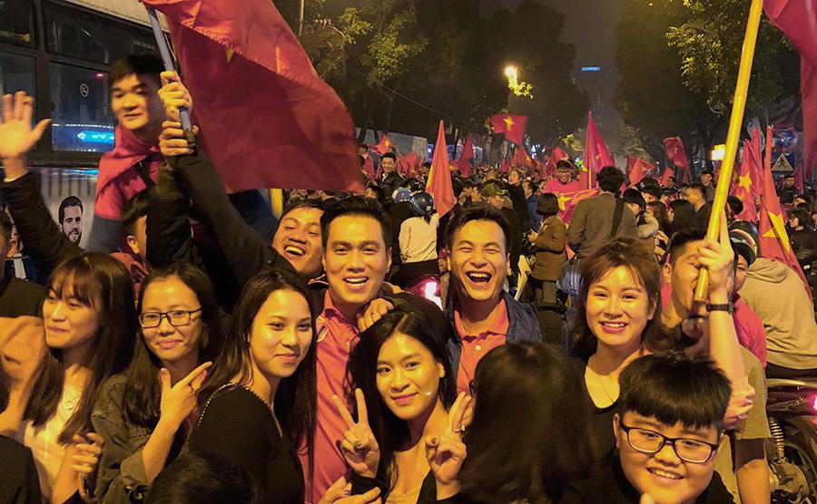 Cách ăn mừng độc của Sơn Tùng, Huyền My trước chiến thắng của U23 Việt Nam - 1