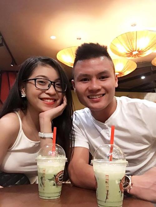 Dàn bạn gái xinh như mộng, sành điệu của cầu thủ U23 Việt Nam - 1
