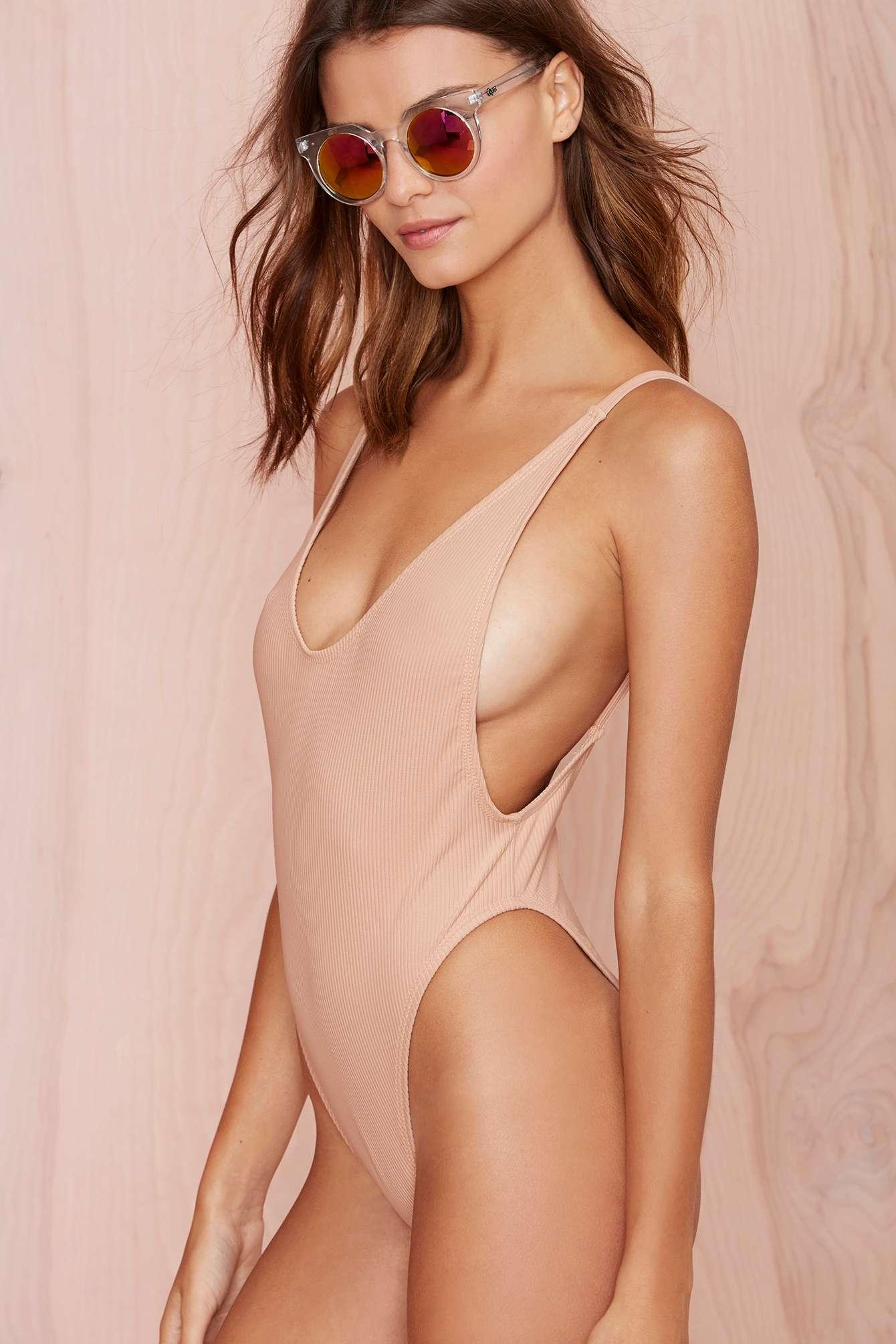 Áo tắm màu nude dễ gây hiểu lầm của các chân dài - 11
