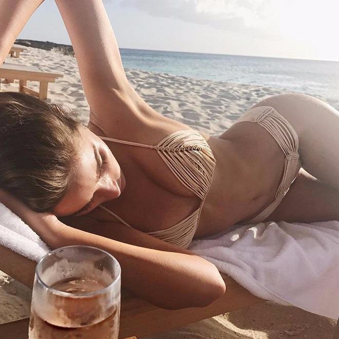 Áo tắm màu nude dễ gây hiểu lầm của các chân dài - 7
