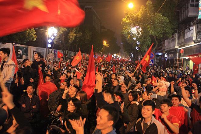 Kiếm bộn tiền nhờ bán cờ sau khi U23 Việt Nam lọt vào bán kết - 1