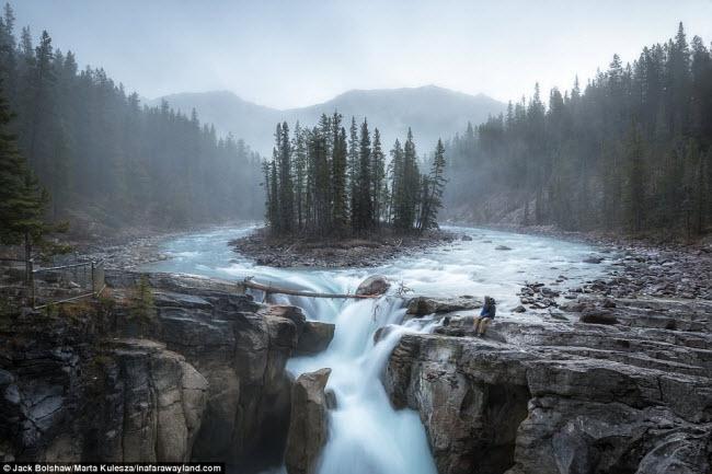 Thác Sunwapta trong vườn quốc gia Jasper ở Alberta, Canada. Đây là một trong hàng trăm bức ảnh phong cảnh tuyệt đẹp trên trang inafarawayland.com.