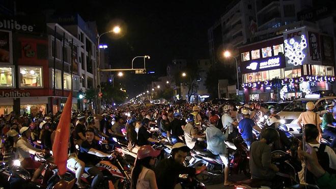 Hàng trăm xe máy đi 'bão', bị cảnh sát bắt giữ - 3