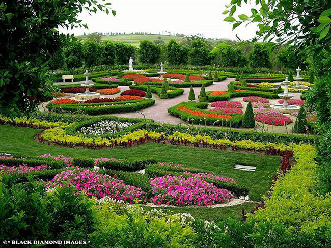 Du khách có thể đi quanh vườn Storybook để tìm những bức tranh khảm đầy màu sắc và đủ các loại hoa mà bạn có thể yêu thích. khu vườn này có hơn 6.000 cây lớn và 600.000 cây bụi nhỏ.