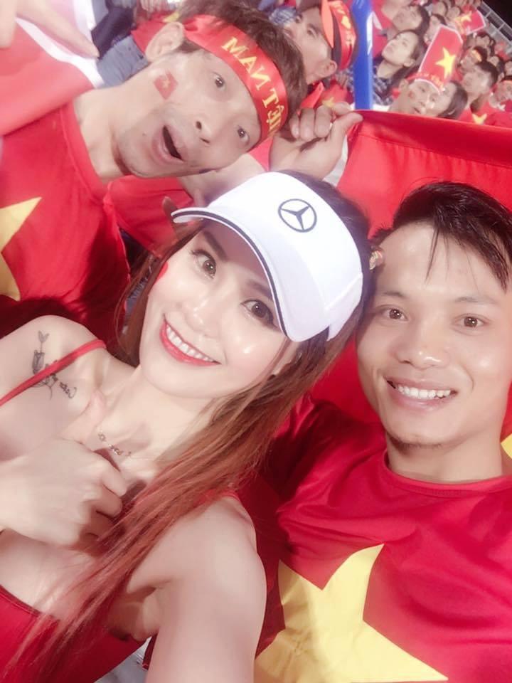 1001 cách mặc sexy của chị em khi cổ vũ tuyển bóng đá Việt Nam - 6
