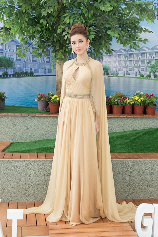 Huyền My vất vả che chắn vì váy xẻ cao bất tận - 9