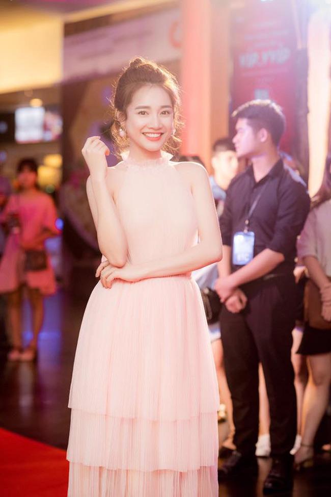Trên thảm đỏ, Nhã Phương thường xuất hiện với phong cách công chúa, nữ tính dịu dàng.